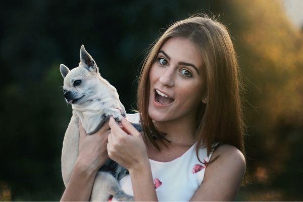 Frau mit Chihuahua im Arm