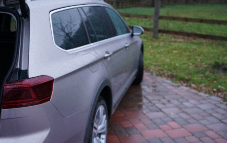 VW Passat Alltrack: Bild von der Seite